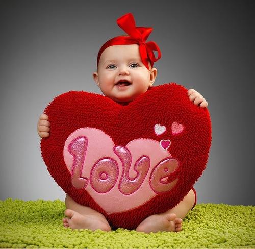сердечко, подушка в виде сердца, ребенок, девочка