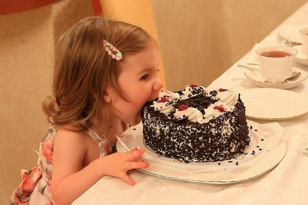 именины, шоколадный торт, торт с кремом, укус, сластена